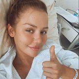 Daumen hoch - mit diesem positiven Zeichen meldet sich Kim Gloss bei ihren Fans aus dem Krankenhaus. In ihrer Instagram-Story erzählt die Influencerin, dass sie an einer chronischen Magenschleimhautentzündung leidet und sich aufgrund akuter Schmerzen einer Magenspieglung unterziehen musste. Obwohl sie noch auf die letzten Ergebnisse wartet, geht es ihr nun deutlich besser und sie kann schon am gleichen Tag das Krankenhaus wieder verlassen.