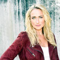 """Lange, blonde Haare, die leicht gewellt bis weit über die Schulter reichen: So kennen wir Schauspielerin Eva Mona Rodekirchen - privat und in der Rolle als Maren der TV-Serie """"Gute Zeiten, Schlechte Zeiten"""". Doch sie hat sich gewagt, sagt gegenüber RTL: """"Ich habe mir als Eva eine neue Frisur gewünscht – nach 700.000 Jahren"""". Das Ergebnis kann sich sehen lassen ..."""
