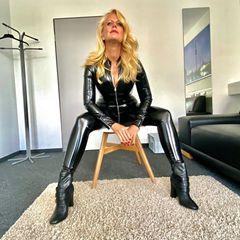 Wow! In so einem heißen Lack-und-Leder-Look haben wir Moderatorin Barbara Schöneberger noch nie gesehen. Passend zum Lack-Suitträgt die 46-Jährige ebenfalls schwarze Boots. Die blonde Mähne fällt ihr voluminös über die Schulter und umspielt das sexy Dekolleté der Moderatorin. Also Barbara: Dieses Foto ist ein verdammt sexy Hingucker!