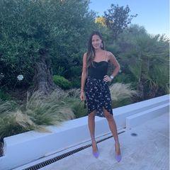 Ana Ivanovic hat ein Händchen für Fashion, keine Frage. An sommerlichen Tagen schwört sie derzeit auf eine Kombi, die ihre tolle Figur prima in Szene setzt: In einemgemustertenMini-Rock undeinem simplen schwarzen Top zeigt sie sich nicht nur auf diesem Schnappschuss, sondern auch einige Tage zuvor...