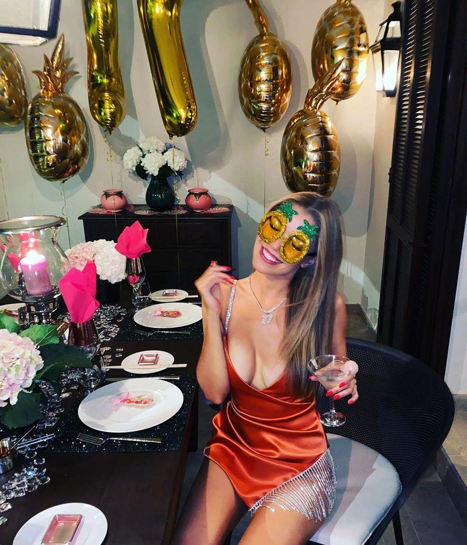 Glamour Pur gibt es an Victoria Swarovskis 27. Geburtstag. Die Moderatorin hat gebührend zusammen mit Schwester Paulina in ihren Ehrentag reingefeiert. Ein sexy Dress mit Wow-Dekolleté und Glitzerdetails am Oberschenkel sowie eine Glitzerkette mit einem 27-Anhänger lassen Victoria auch optisch strahlen. Herzlichen Glückwunsch, liebe Victoria!