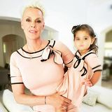 """Was für ein tolles Mutter-Tochter-Gespann: Brigitte Nielsen und Tochter Frida strahlen im Rosa-Kleidchen-Twinning-Look. Die Zweijährige wollte unbedingt ein Kleid von Mama Brigitte anziehen, verrät das dänische Modelauf Instagram. Dazu schreibt die 57-Jährige: """"Wer trägt es besser?"""""""