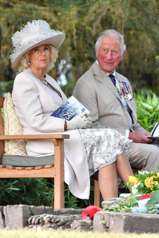 """15. August 2020  Prinz Charles und Herzogin Camilla nehmenan der nationalen Gedenkfeier zum 75. Jahrestag des """"Victory Over Japan Day"""" an der Gedenkstätte """"National Memorial Arboretum"""" inStaffordshire teil.Großbritannien und Japan gedenken am sogenannten """"V-J Day"""" dem Weltkriegsende im Pazifik."""