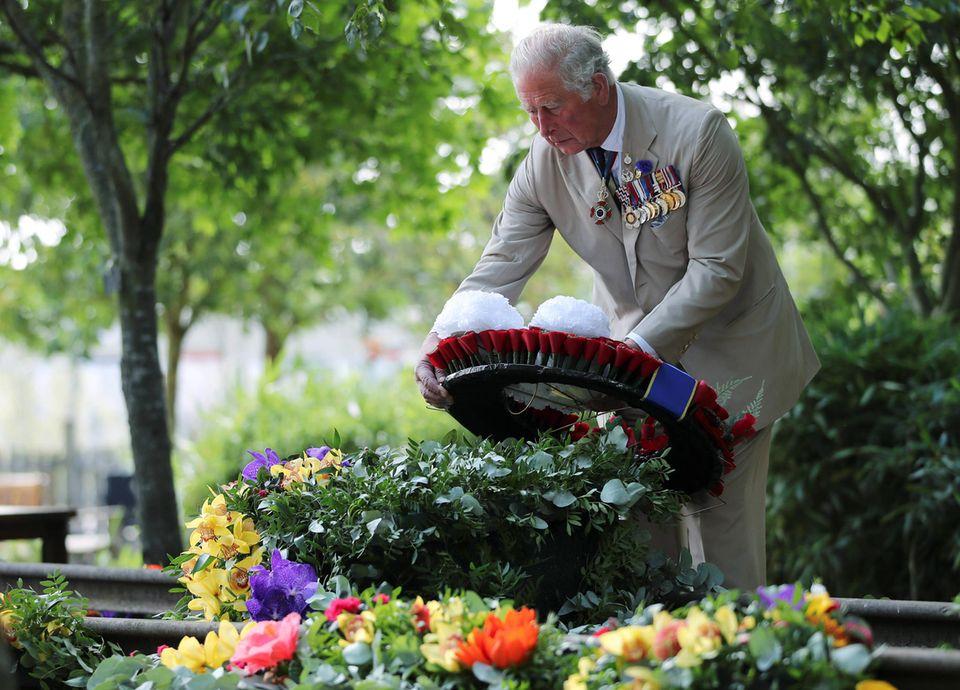 Im Anschluss einerSchweigeminute in Erinnerung an die Soldaten des Zweiten Weltkriegeslegt Prinz Charleseinen Kranz an der Gedenkstätte nieder.