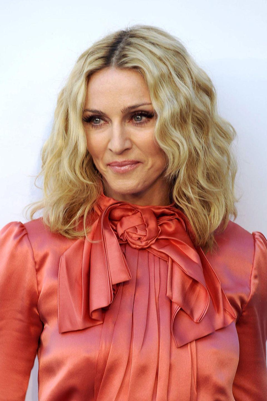 Madonna ist schon lange im Musik-Business, dementsprechend hoch ist auch der Druck, immer noch mithalten zu müssen. Musikalisch macht ihr bisher keiner etwas vor – selbst mit ihren 62 Jahren rockt sie heute noch die Bühne. Doch optisch greift die Sängerin leider immer häufiger zu Botox & Co. Das Ergebnis ...
