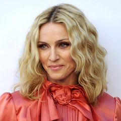 Madonna ist schon lange im Musik-Business, dementsprechend hoch ist auch der Druck, immer noch mithalten zu müssen. Musikalisch macht ihr bisher keiner etwas vor – selbst mit ihren 62 Jahren rockt sie heute noch die Bühne. Doch optisch greift die Sängerin leider immer häufiger zu Botox & Co.