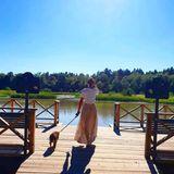 Prinzessin Sofia und Prinz Carl Philip haben den Sommer in Schweden verbracht und auf Instagram einige ihrer Lieblingsplätze dort gezeigt. In einem leicht durchsichtigen Maxirock und einem schlichten weißen T-Shirt zeigt Prinzessin Sofia, wie sexy ein schlichter Look sein kann. An einemOrt, an dem sie fast jeden Tag sind: imKöniglichen Nationalstadtpark in Stockholm.