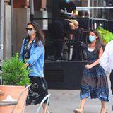 So lässig geht es für Katie Holmes und Suri Cruise zum Dinner in Manhattan: Beide tragen dunkle Kleider mit floralen Prints, Katie kombiniert dazu Jeans-Jacke und Sneaker, Suri trägt ein weißes Tanktop unterm Kleid und goldene Schnür-Sandalen.