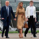 Während Trumps Kampagne gegen die Briefwahl in den USA für große Empörung und hitzige Debatten sorgt, landen Donald, Sohn Barron und Melania Trump in Morristown, New Jersey. Auf einem Video ist zu sehen, wie Melania auf der Treppe beim Ausstieg nicht die Hand ihres Ehemannes nehmen will, sich stattdessen lieber an ihrer Hermès-Birkin-Bag festhält - auf die sie ihren restlichen Luxus-Look mit braunen Pumps und camelfarbenem Kleid von Stella McCartney abgestimmt hat. Nach Seitenwechsel auf dem Boden wird dann doch Einheit - inklusive Händchenhalten - demonstriert.