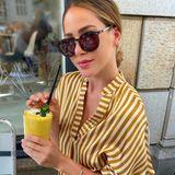 Bie diesen sommerlichen Temperaturen, kühlt sich Angelina Heger mit einem einem leckeren Frucht-Smoothie.