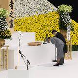 15. August 2020  Kaiser Naruhito und Kaiserin Masako besuchen die Gedenkfeier zum 75. Jahrestag des Endes des Zweiten Weltkriegs in der Nippon Budokan Halle in Tokio.