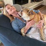 """Hund Lou muss noch an seinen """"Social Distancing Skills"""" arbeiten, wie Resse Witherspoon bei diesem Schleck-Bild treffend anmerkt."""