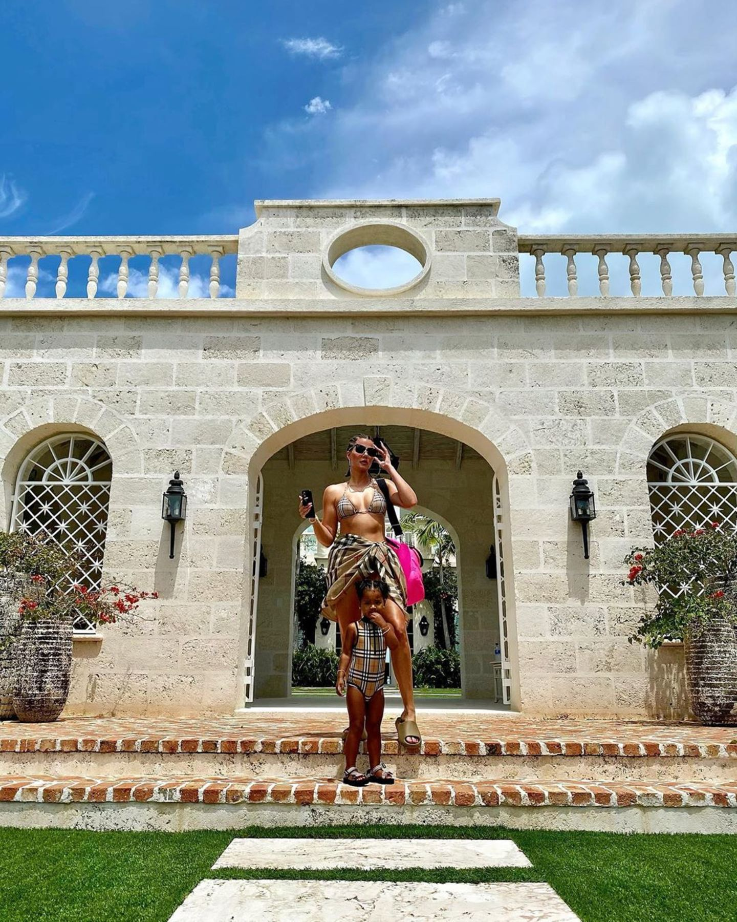 Vor traumhafter Kulisse posieren Khloé Kardashian und Töchterchen True im Partnerlook. True trägt einen Burberry-Badeanzug für rund 110 Euro, Khloé trägt das ikonische Karoauf einem Bikini (Preis rund 300 Euro), dazu kombiniert sie einen Pareo - ebenfalls von Burberry (Preis circa 350 Euro).