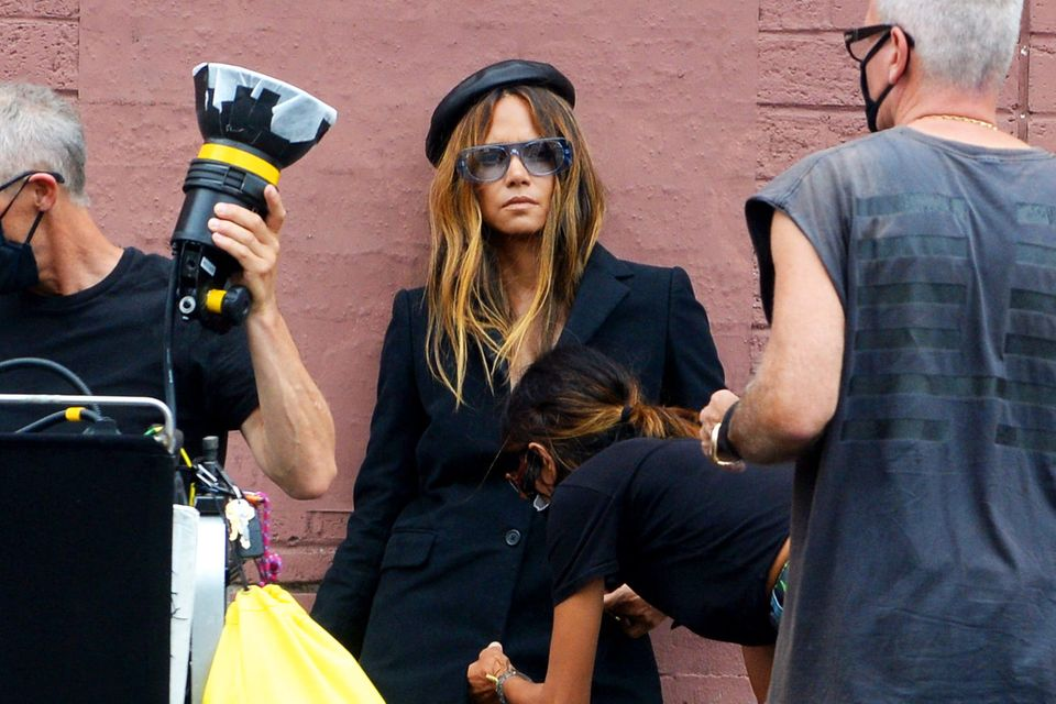 Wenn Oscar-Preisträgerin Halle Berry für ein Glamour-Magazin fotografiert wird, muss alles perfekt sitzen. Dafür sorgt natürlich ihre fleißige Assistentin am Set von Los Angeles.