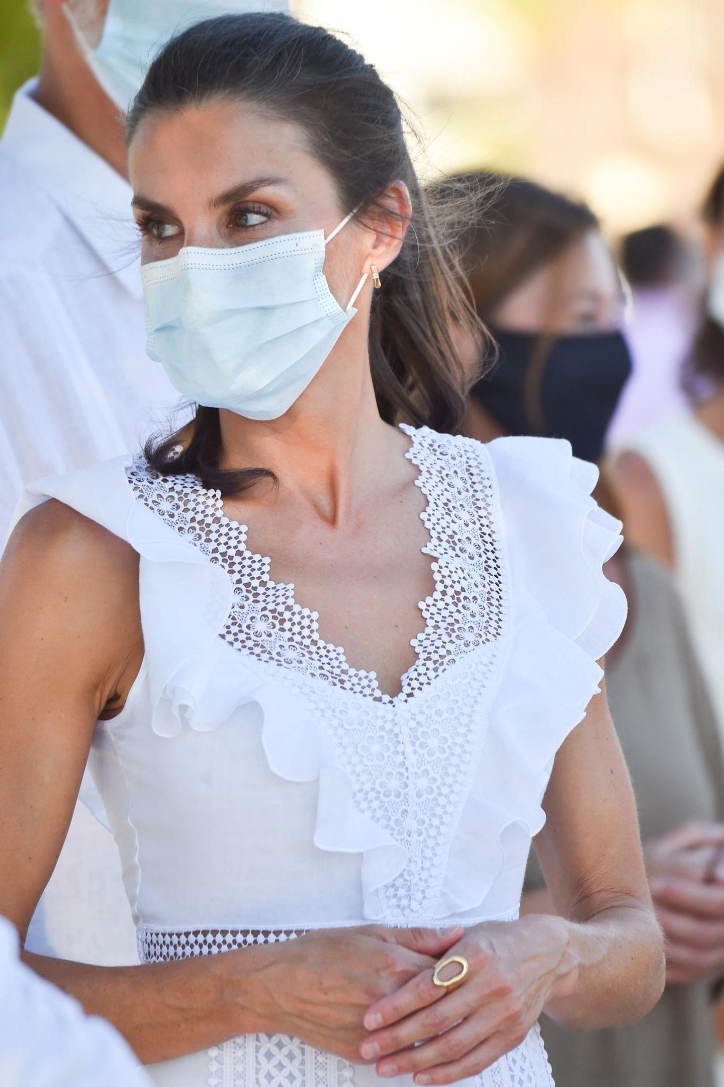 Das ist nicht das erste weiße Kleid, dasKönigin Letizia trägt, sondern schon das dritte in Folge. Kein Wunder, die Farbe Weiß steht für Frieden, Reinheit undUnschuld und lässt leicht gebräunte Haut erstrahlen. Eigenschaften, die die Monarchin zur Zeit gut gebrauchen kann. Ein ständiger Begleiter ist auch der goldene Statement-Ring von Karen Hallam für ca. 90 Euro.