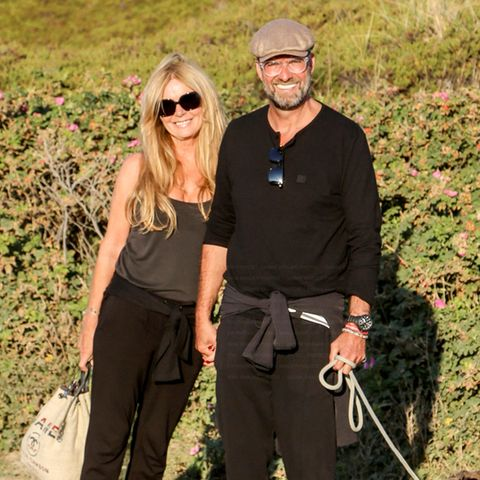 13. August 2020  Ulla und Jürgen Klopp sind für einen Kurztrip nachSylt gereist. Der Trainer des FC Liverpoolund seine Frau sind bekennende Fans der Nordsee-Insel und kommen seit Jahren hierher, um ihre Freizeit zu genießen. In Begleitung sind sie, wie so oft, von Hundedame Emma. Die Klopps scheinenden Aufenthalt sichtlich zu genießen und lachen entspannt in die Kamera des Fotografen. Nach dem Trip geht es für Jürgen Klopp mit seinem Verein ins Trainingslager nach Österreich.