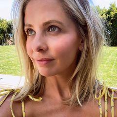 Sarah Michelle Gellar ist mittlerweile 43 Jahre alt - könnte aber auch glatt als Jungschauspielerin durchgehen, wenn man sich dieses Foto von ihr anschaut! Wenig Make-up, ein rosiger Teint und ein verschmitztes Lächeln lassen sie strahlen.