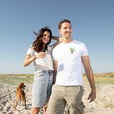 """Ein schöner Tag neigt sich dem Ende und Lilli und ihr Ehemann strahlen für ein letztes Foto in die Kamera. Lilli Hollunder und René Adler sind seit 2016 verheiratet und unterstützen gemeinsam die Hilfsorganisation """"Project Wings""""."""