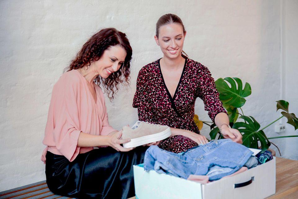 Stylistinnen wählen Kleidung für Kunden aus