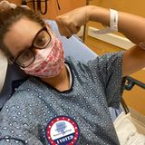"""Dieses Selfie aus dem Krankenhaus postetJazmin Grace Grimaldi,die älteste Tochter von Fürst Albert.Im Juli hatte sich die 28-Jährige mit dem Coronavirus angesteckt - und leidet jetzt, Mitte August, immernoch an Symptomen. Die junge Frau hat mit Hautausschlag, Schmerzen in der Lunge, Migräne und Fieber zu kämpfen. Ärzte behandeln sie mit Antibiotika. Als sie das Foto postet, ist sie schon wieder zuhauseund erholt sich dort weiter von Corona.  Gleichzeitig nutzt Jazmin Grimaldiden Instagram-Post, um auf das Thema """"Wahlrecht für Frauen Aufmerksamkeit"""" aufmerksam zu machen und ihre Follower aufzufordern, zur Wahl zu gehen."""