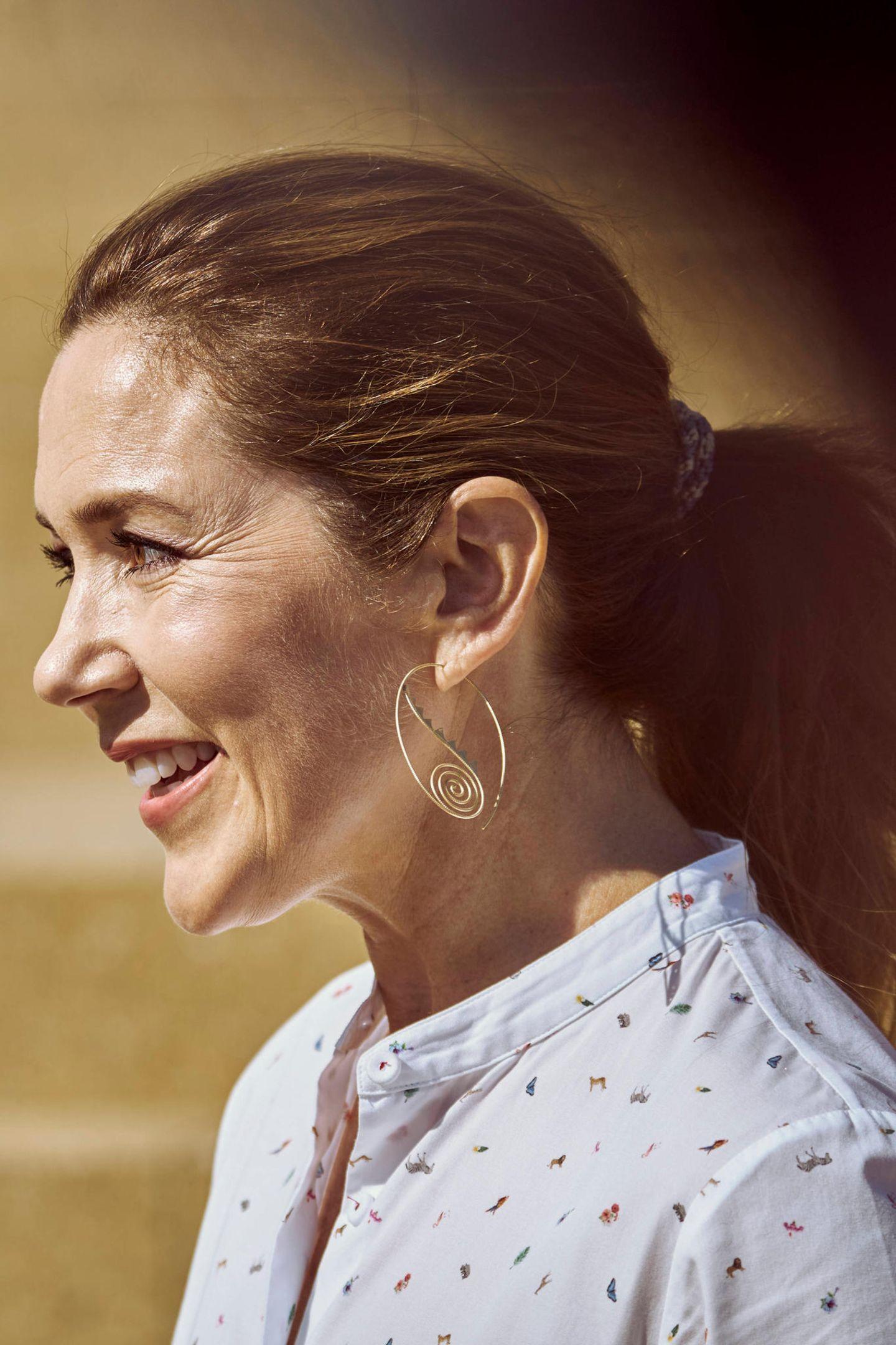 Die Prinzessin trägt nämlich ungewöhnlichunkonventionelle Ohrringe. Die zierlichen Goldcreolen mit Schnecken-Ornamenten geben Marys klassischem Business-Outfitden persönlichen Touch und sind das heimliche Highlight des royalen Looks.