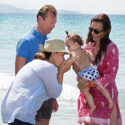 Auch Großherzog Henri und Großherzogin Maria Teresa von Luxemburg sindbei dem Ausflug ans Meer mit von der Partie und dabei ganz vernarrt in ihrekleine Enkelin.