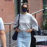 Lässiger Pullover mit Puff-Ärmeln, dazu Jeansrock und weiße Sneaker: Katie Holmes zeigt beim Spaziergang in New York mal wieder, dass man auch in simplen Looks umwerfend aussehen kann.
