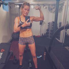 Hinter diesem Körper steckt muckiharte Arbeit: Ellie Goulding zeigt ihren Followern auf Instagram ihren super trainierten Body. Dazu schreibt sie, dass ihr Körper und ihre Fitness ihr dabei geholfen haben, Tiefpunkte besser wegzustecken und Sport essenziell für mentale Gesundheit sei. Ihr gehe es nie darum, anzugeben, sondern zu zeigen, dass man alles schaffen kann und starke Frauen gesehen werden sollten. Auch in ihren Insta-Stories spricht sie darüber, wie viel Bodyshaming sie für ihren trainierten Körper einstecken musste, da sie vielen zu männlich aussäheoder Designer sie deshalb nicht einkleiden wollten. Wie gut, dass sie mit diesem Tabu bricht und eine so positive Message sendet!