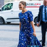 Prinzessin begeistert im royalblauen Rodebjer-Kleid