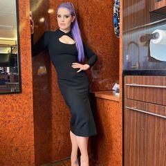 Die Frisur ist geblieben sowie die Vorliebe für schwarze Outfits. Unter den Klamotten hat sich allerdings einiges getan. Kelly Osbourne hat fast 40 Kilo Gewicht verloren. Nicht, dass sie den Gewichtsverlust gebraucht hätte, das neue Körpergefühl scheint der Tochter von Ozzy Osbourne aber gutzutun, sie sei stolz auf ihren Gewichtsverlust, wie sie in einem Podcast 2020 verrät.