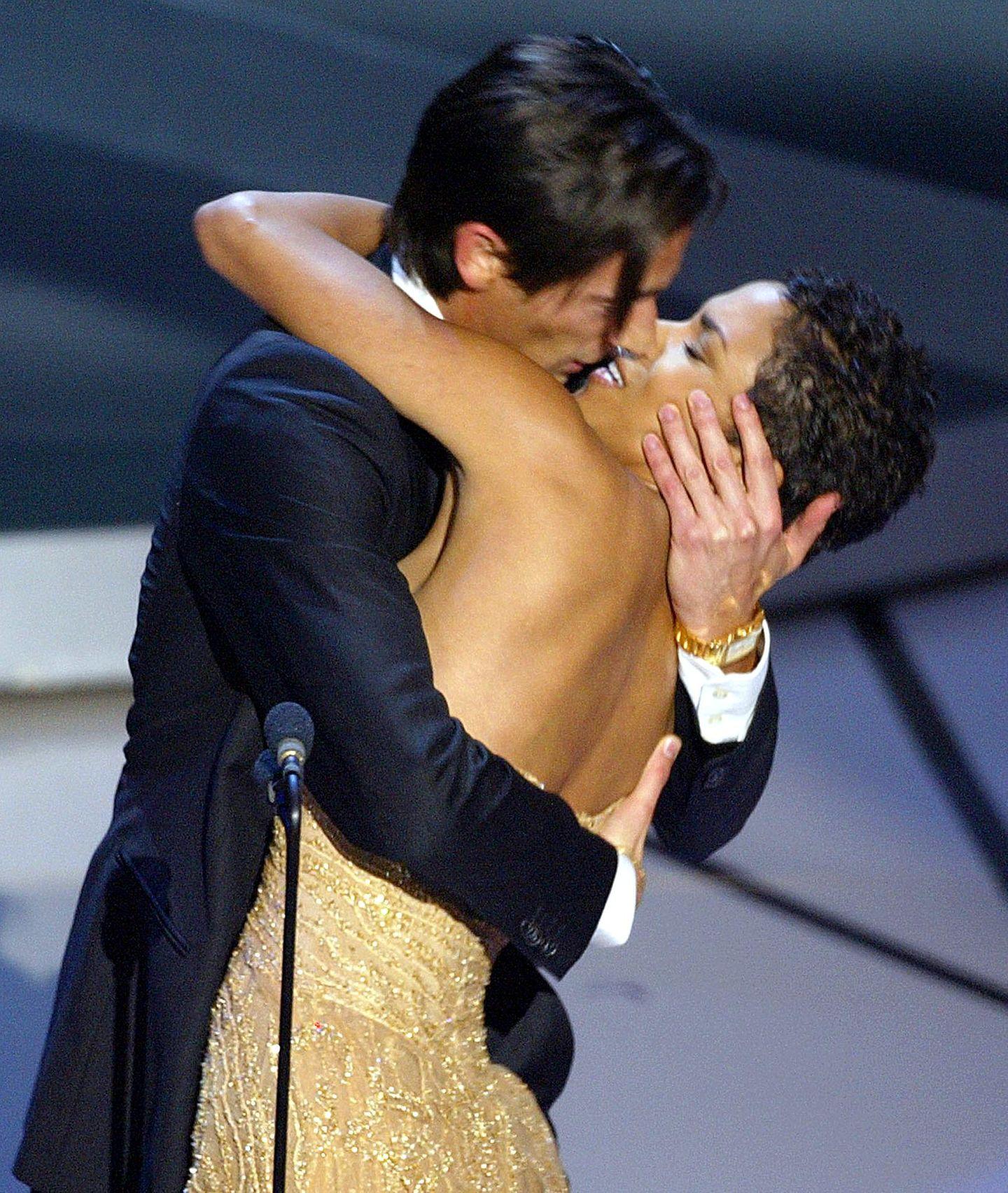 """Bei der 75. Oscar-Verleihung bekommt Adrien Brody für """"The Pianist"""" eine der begehrten Trophäen von Halle Berry überreicht, bei der er sich prompt mit einem filmreifen Kuss bedankt."""