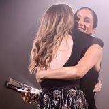 """Herzogin Meghan sorgt beim """"Fashion Award"""" 2018 in London für Jubelschreie, als sie der Designerin ihres Brautkleids einen Preis überreicht. Clare Waight Keller erhält die Auszeichnung als """"Britische Designerin des Jahres"""" und ihreLaudatio sowie ein herzliches Dankeschön kommen von der schwangeren Meghanhöchstpersönlich."""