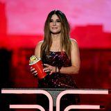 """Sandra Bullock wird 2019 bei den """"MTV Movie Awards"""" für ihre Rolle in""""Bird Box""""ausgezeichnet. In ihrer Dankesrede macht die Schauspielerin ihren Kindern eine bewegende Liebeserklärung,denn das Thema """"Familie"""" spielteine entscheidende Rolle in dem Film."""