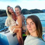 Julianne Hough öffnet ihr Familienalbum und zeigt sich mit ihren Schwestern Marabeth und Katherine bei einem Bootsausflug. Ihre dritte Schwester Sharee und Bruder Derek sind nicht mit an Bord.