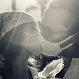 Wer knutscht denn hier mit Maske? Das sind Camila Alves und Matthew McConaughey, die bei diesem Kuss zwar weniger Spaß gehabt haben dürften, aber damit trotzdem ein gutes Beispiel setzen.