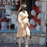 Schöne Kugel! Rachel McAdams ist zum zweiten Mal schwanger und zeigt ihr wachsendes Bäuchlein in einem cremefarbenen Blusenkleid.