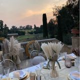 Die verträumt-verspielte Tischdekoration mit Gräsern passt perfekt zum großzügigen Anwesen und dem malerischen Sonnenuntergang.