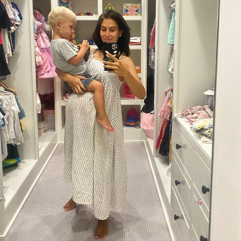 20. August 2020  Der Babybauch von Hilaria ist mittlerweile schon so rund, dass Sohn Romeo ganz bequem drauf sitzen kann. Lange kann es nun wirklich nicht mehr dauern.