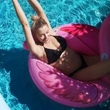 Wer da keine gute Sommer-Laune bekommt, ist selbst schuld: Lena Gercke zeigt sich beim Planschen im Pool auf Instagram und gibt nebenbei - wohlgemerkt knapp 6 Wochen nach der Geburt - Blick auf ihren trainierten After-Baby-Body frei.
