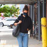 Auch Fashion-Profis dürfen mal als Schluffi aus dem Haus: Katie Holmes zeigtsich in New York im Durchschnitts-Look aus schwarzem Hoodie, blauer Jeans, Dutt, großem Shopper und Sandalen.