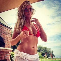 ... und ihren Lieblingsverein nur nochin einem knappen, roten Bikini-Oberteil anfeuerte. Das weiße Netz-Top funktionierte sie kurzerhand zu einem sexy Mini-Rock um, mit dem sie ihren Wahnsinns-Körper perfekt in Szene setzt. Ein Look, der nicht nur FC-Bayern-Fans gefallen dürfte!