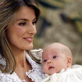Königin Letizia von Spanien war schon immer eine wunderschöne Frau. 2008 ließ sie sich die Nase operieren - offiziell aus gesundheitlichen Gründen. Trotzdem fällt auf, dass sie vorher (so wie hier bei der Taufe von Prinzessin Sofia im Juli 2007) einen deutlich sichtbaren Höcker hatte.