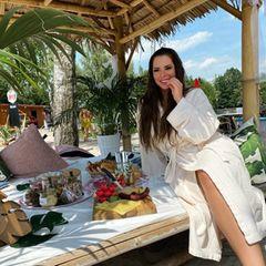 25. August 2020  Jenny Frankhauser feiert heute ihren 28. Geburtstag. Den Tag beginnt sie im Bademantel mit einem üppigen Frühstück in einemStrandcafé und fühlt sich dabei wie eine Prinzessin.