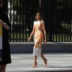 Am Montag (24. August) besuchtMelania Trump zahlreiche Schulkinder, die vor dem Weißen Haus stolz ihre Kunstwerkeanlässlich des 100. Jahrestages des 19. Zusatzartikels, der Frauen das Wahlrecht in den USA gewährt,ausstellten. Für diesen Auftritt wähltdie First Lady ein sommerliches Etuikleid des belgischen Modedesigners Dries van Noten in der Trendfarbe Orange. Dazu kombiniert sie farblich passende Pumps, die nach einer britischen Skandalnudel benannt wurden ...