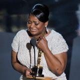 """Im bewegenden Augenblick ihrer Auszeichnung als beste Nebendarstellerin bedankt sichOctavia Spencer 2012 für den """"heißesten Typen im Raum"""", den sie unter Tränen an sich drückt."""