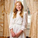 Ihre jüngste Schwester Ariane trägt ein weißes Kleid mit Spitzendetails des Pariser Labels Maje für rund 380 Euro. Auch sie trägt das Haar offen und präsentiert stolz ihre Zahnspange.