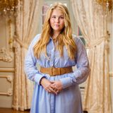 Das niederländische Königshaus veröffentlicht neue Porträts der Prinzessinnen. Prinzessin Amalia posiert in einem leicht ausgestellten Kleid mit Spitzeneinsätzen von Self-Portrait für rund 360 Euro. Ihr Haar fällt ihr offen und in leichten Wellen über die Schultern, ein brauner Gürtel betont ihre Taille.