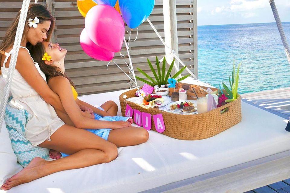 24. August 2020  Kann es einen schöneren Ort geben, um Geburtstag zu feiern, als die Malediven? Alessandra Ambrosio feiert in einem Luxus-Resort den 12. Geburtstag ihrer Tochter Anja und lässt uns mit schönen Geburtstagsfotos auf Instagram an diesem Augenblick teilhaben.