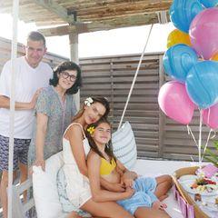Auch Anjas Großeltern sind mit ins Paradiesgereist,um ihre Enkelin gebührend zu feiern.