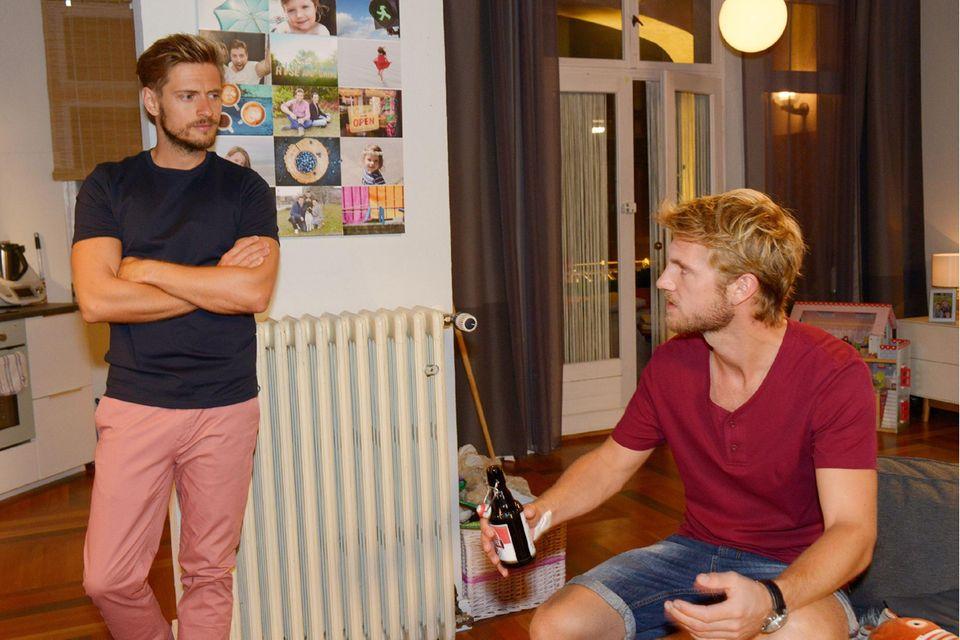 Paul (Niklas Osterloh, r.) und Philip (Jörn Schlönvoigt) halten auch in der Serie Abstand zueinander.